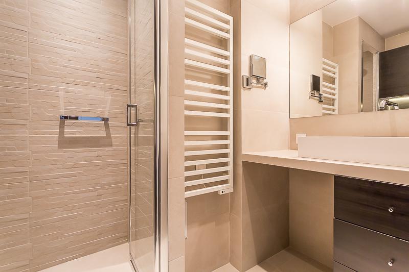r novation parisienne. Black Bedroom Furniture Sets. Home Design Ideas